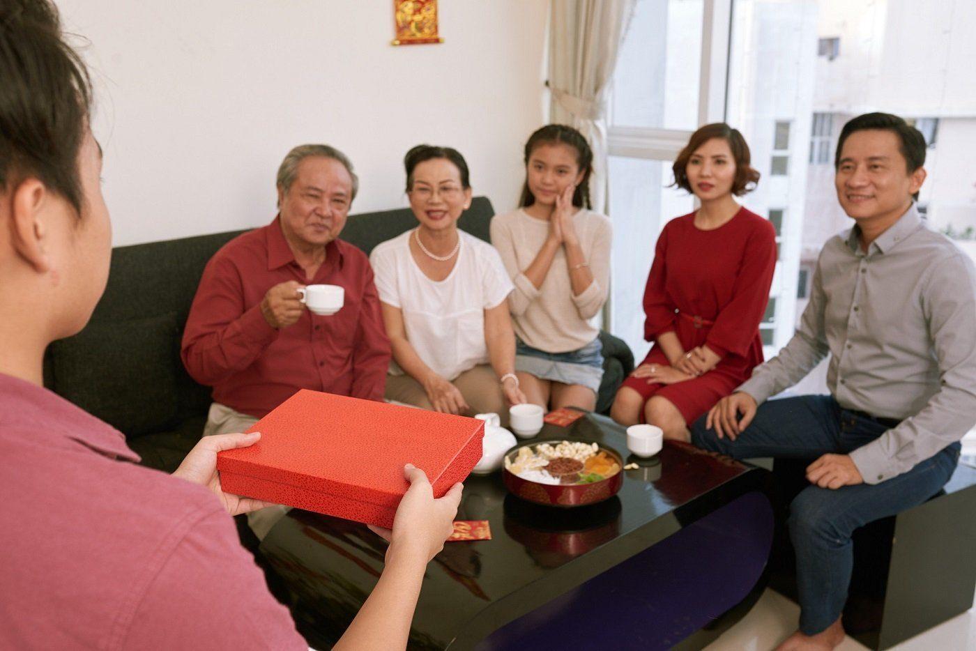 Bật Mí 11 Món Quà Tặng Bố Mẹ Chồng Nàng Dâu Cần Phải Biết 1